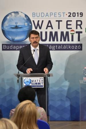 Víz Világtalálkozó - Áder: a szemünk láttára bontakozik ki a kevés víz, a sok víz és a szennyezett víz drámája