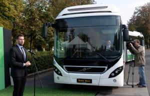 Egyedülálló hibrid csuklós autóbuszt mutattak be